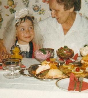 Mami (ca. 5 Jahre alt) mit Uromi Anni
